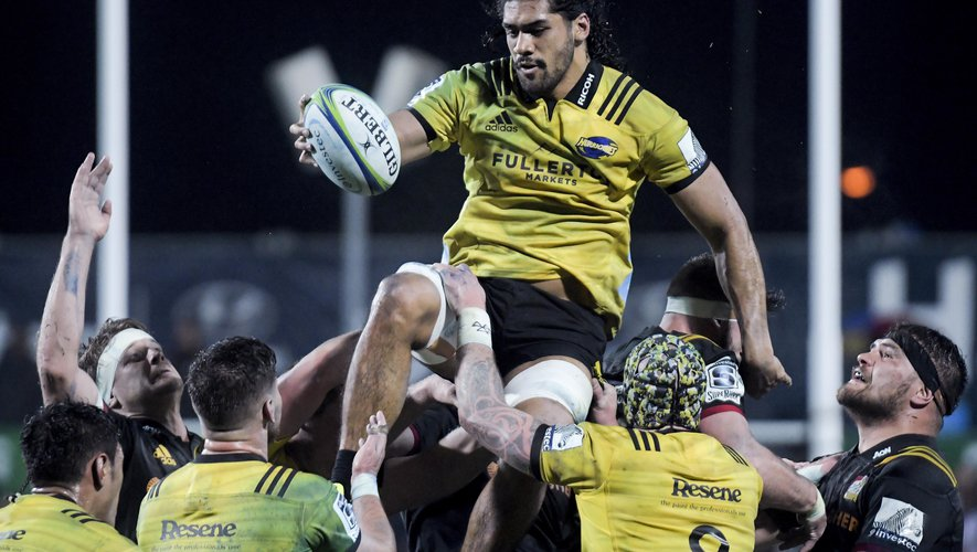 Michael Fatialofa takes lineout ball during the Super Rugby match between the Chiefs and Hurricanes at FMG Stadium in Hamilton, New Zealand on Friday, 13 July 2018. Photo: Dave Lintott / Icon Sport