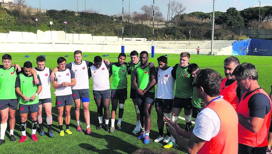 Sur les installations du club de l'Amatori Napoli Rugby, l'ensemble du XV de France a une dernière fois testé son fonctionnement et le contenu de ses séances ce mardi avec l'ensemble du groupe France des moins de 20 ans.