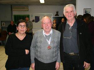 Corinne Villeroux-Rieu, lors de la remise de la médaille FFR a Armand Verra, bénévole au club depuis 53 ans.