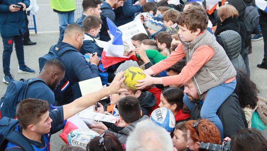 Lors de leur séjour à Nice, les Bleus se sont prêtés à une séance d'autographes pour le plus grand bonheur des fans, petits et grands.