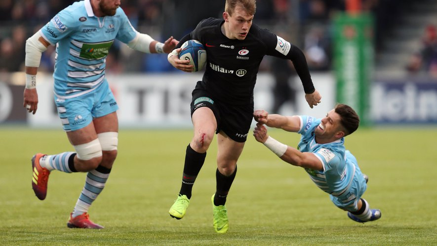 Saracens Nick Tompkins beats the tackle of Glasgow's Adam Hastings during the Heineken Champions Cup match between Saracens and Glasgow Warriors on January  19th, 2019 Photo:  Davies / PA Images / Icon Sport