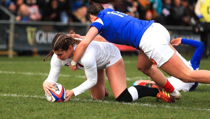 Jessica Breach (Angleterre) marque le premier essai du match contre l'équipe de France Féminine