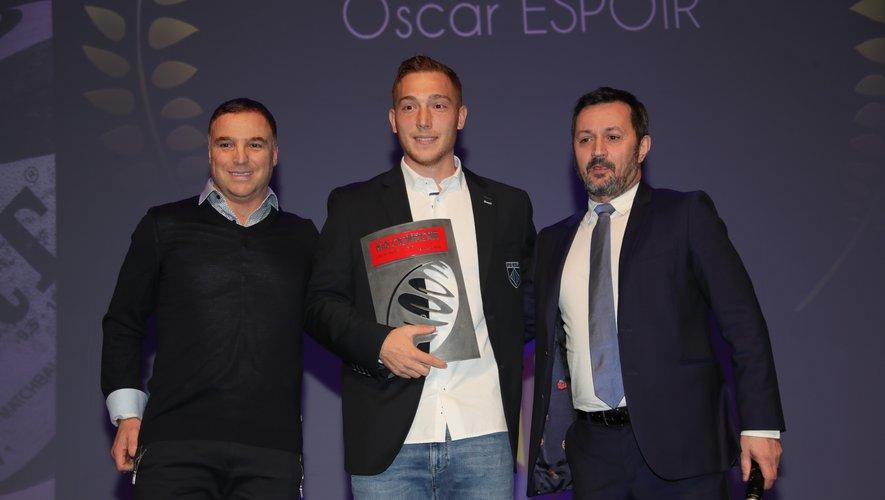 Emmanuel Massicard, Directeur Délégué de Midol Sports, remet l'Oscar Espoir à Lucas Dubois, en présence de Pascal Bomati, ancien grand ailier de l'Usap.
