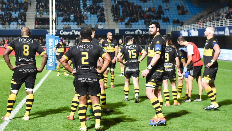 Team of Carcassonne looks dejected  during the Pro D2 match between Perpignan and Carcassonne at Stade Aime Giral on January 31, 2020 in Perpignan, France. (Photo by Alexandre Dimou/Icon Sport) - ---
