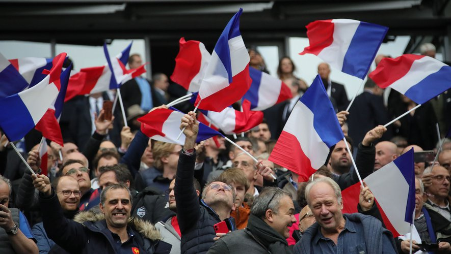 Les supporters Français qui célèbrent la victoire des Bleus
