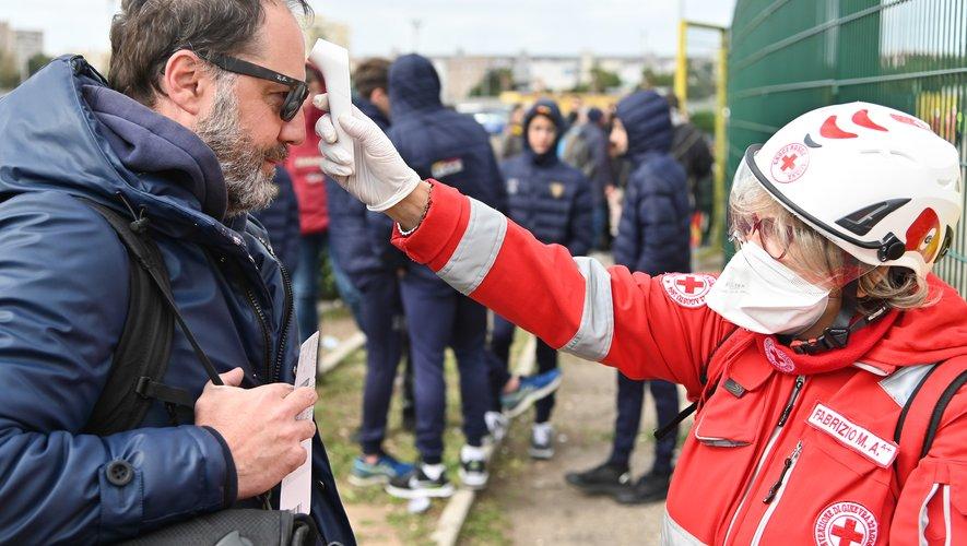 La Croix Rouge italienne surveille la température des supporters avant qu'ils entrent dans le stade