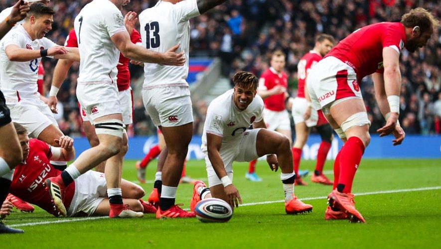 Mark Wilson et Manu Tuilagi congratulent Antony Watson qui vient d'inscrire le premier essai du match. L'Angleterre est lancée sur la voie du succès !