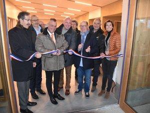 Le maire, Patrick Margier, coupe le ruban pour inaugurer la salle André-Ozil, aux côtés notamment du président du club de La Verpillière, Jean-Claude Portron (écharpe grise).