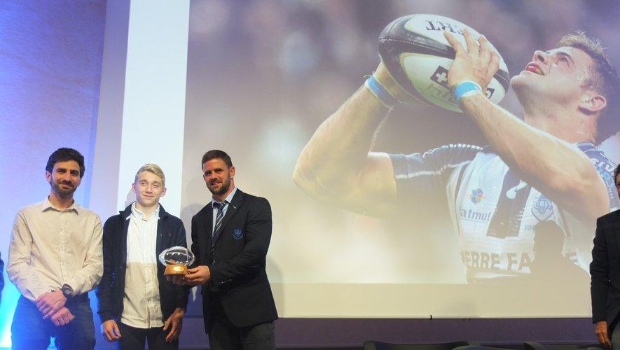 Le demi de mêlée castrais Rory Kockott a reçu un trophée de la part de jeunes arbitres de la Ligue Occitanie..