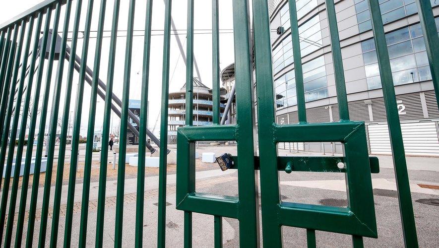 Pour combien de temps les grilles des stades resteront-elles fermée ?