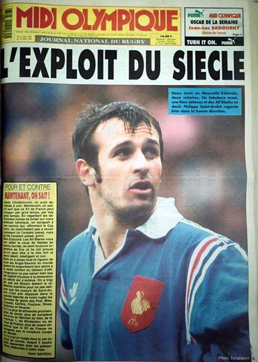 Le capitaine du XV de France victorieux en Nouvelle-Zélande, Philippe Saint-André était mis en valeur le 3 juillet 1994 en « Une  » de Midi Olympique, ci-contre. Aucun photographe de Midol n'était présent, c'était une photo d'archives de « PSA » qui avait été choisie.Ci-dessus, la « Une  » de la semaine suivante, avec une photo de l'un des exploits français en terres néo-zélandaises. Photos Midi Olympique