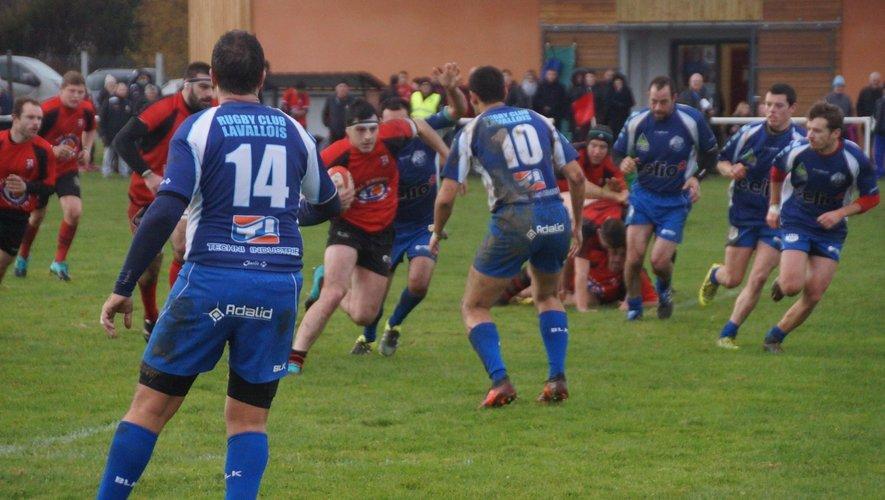 Dans ces terres de Mayenne où le football est roi, les Lavallois, ici en bleu, luttent pour faire vivre la passion ovale.