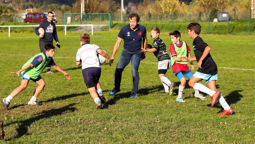 Fabien Galthié jouant avec des enfants