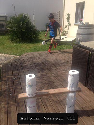 Près de deux cents jeunes de l'école de rugby de l'US Saintes s'exercent chaque semaine dans leur jardin au travers des challenges proposés par leurs éducateurs : ci-dessus, Antonin Vasseur et Maël Naud, le fils d'un des responsables de l'école de rugby. Photo DR