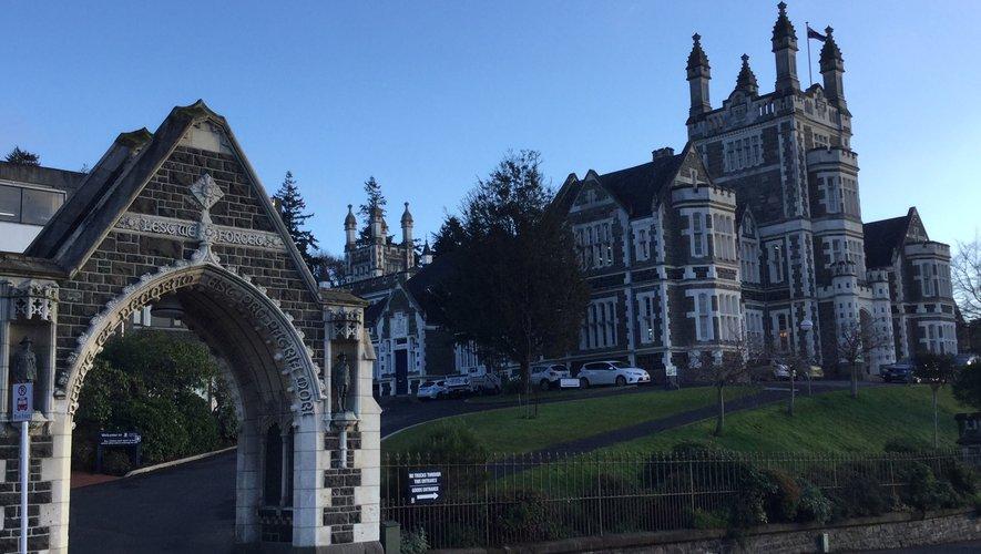 L'Otago Boys High School à Dunedin a accueilli les plus grandes personnalités de Nouvelle-Zélande, des Premiers ministres au capitaine emblématique des All Blacks, Richie McCaw.
