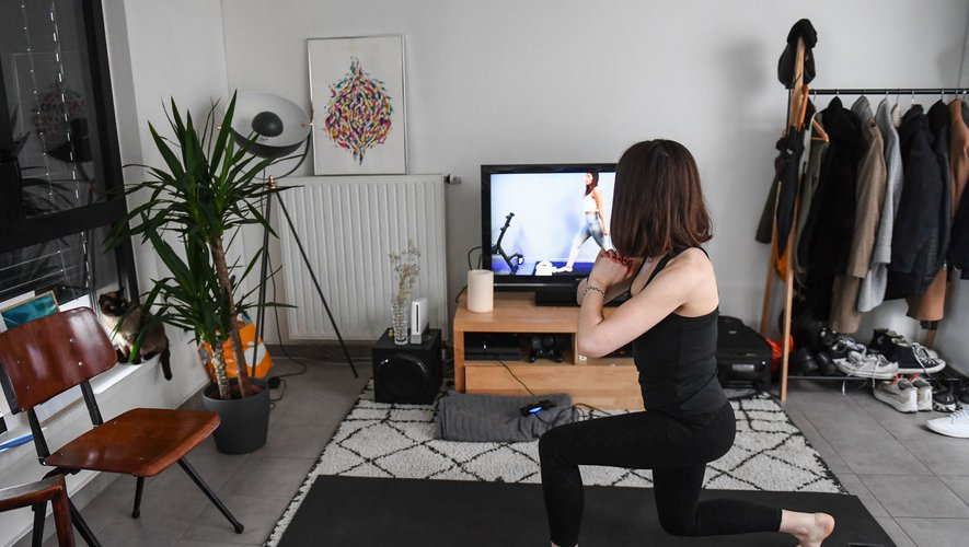 A women doing sports while watching a youtube tutorial during the confinement established by the French State against the Covid-19 on March 22, 2020 in Paris, France. (Photo by Anthony Dibon/Icon Sport) - --- - Paris (France)