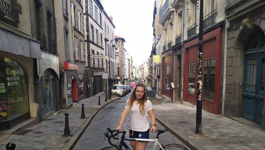 À vélo, Margot Louis et ses acolytes livrent à domicile les courses de personnes vulnérables de l'agglomération clermontoise.