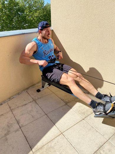 Wenceslas Lauret a installé sur sa terrasse du matériel de musculation prété par le club pour se maintenir en forme.