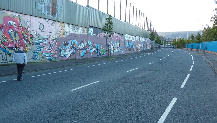 En haut, Cupar Way et ses murs de près de dix mètres de haut. Les fresques peuvent appeler à la guerre, comme la peinture protestante en haut à droite, ou honorer la mémoire de héros, tel le catholique Bobby Sands.