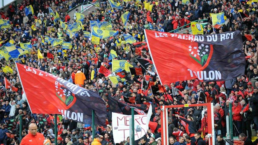 Les Z'acrau du RCT, groupe de supporters du club toulonnais lors de la demi-finale de légende contre Clermont en 2010