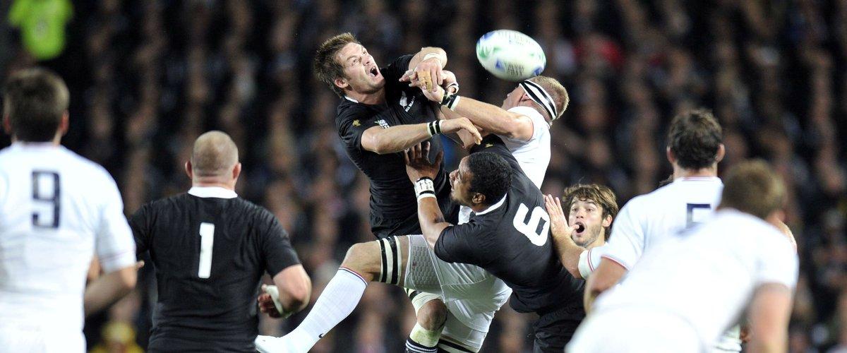 Richie McCaw (Nouvelle-Zélande) face à Imanol Harinordoquy (France) lors de la finale de la Coupe du monde 2011