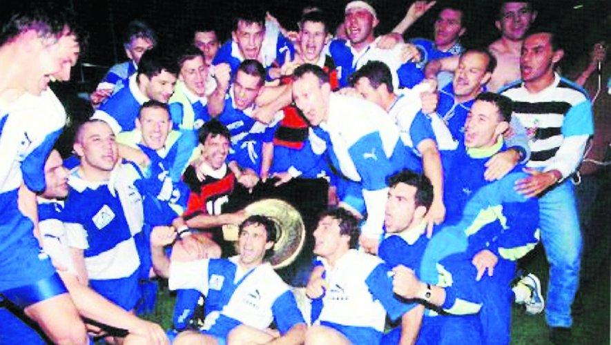 Les joueurs du CABBG fêtent leur victoire finale avec le bouclier de Brennus en 1991.