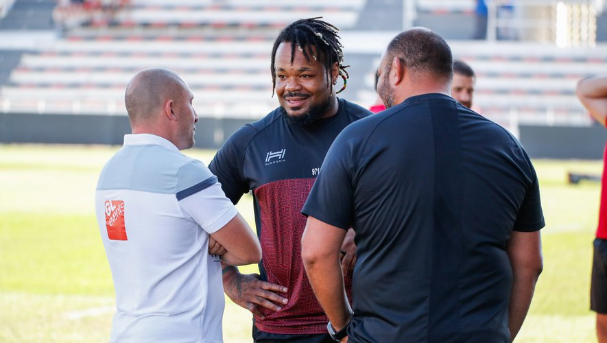 Pierre Mignoni (Lyon) en discussion avec Mathieu Bastareaud et Patrice Collazo (Toulon).