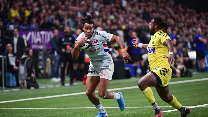 Teddy THOMAS of Racing 92 beats Alivereti RAKA of Clermont to run in a try during the Top 14 match between Racing 92 and Clermont on January 4, 2020 in Nanterre, France. (Photo by Dave Winter/Icon Sport) - Alivereti RAKA - Teddy THOMAS - Paris La Defense Arena - Paris (France)