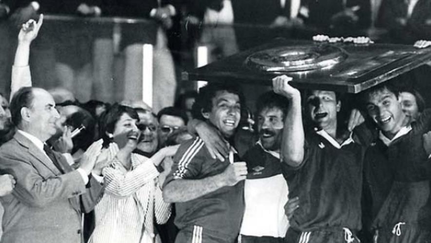 Le 29 mai 1982 au Parc des Princes, les Agenais Lacroix, Dupont, Dubroca et Gratton brandissent le Bouclier de Brennus, tandis que François Mitterrand, Edwige Avice et Albert Ferrasse les applaudissent.