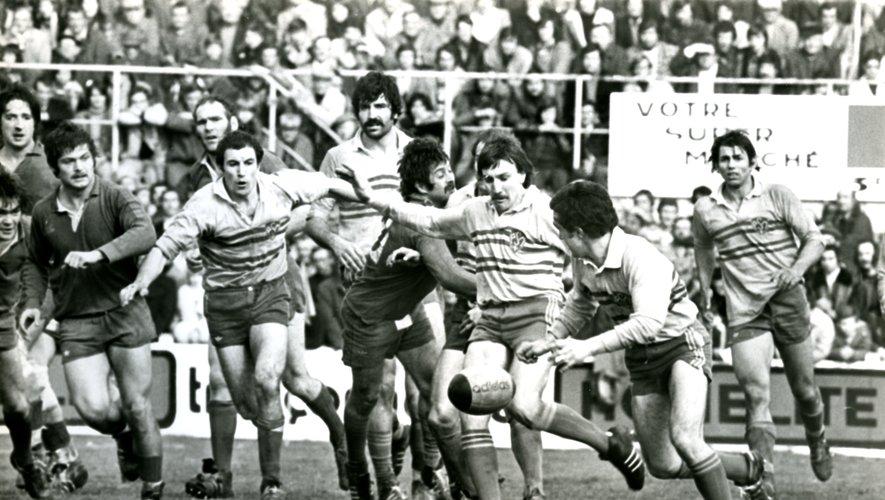 Lors de la saison 1975-1976, lors d'un Clermont - Béziers remporté par les Auvergnats (15-6), l'ouvreur montferrandais Jean-Pierre Romeu, dégage son camp sous la menace de son vis-à-vis Henri Cabrol. On reconnait, gauche à droite, Michel Palmié, Olivier Saïsset (baissé), Christian Prax, Alain Estève, Michel Droitecourt et Guy Gaparotto.