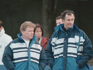 Ci-contre, le capitaine castrais brandit le Bouclier de Brennus 1993.Ci-dessus, au côté d'Alain Gaillard passé au rôle d'entraîneur.
