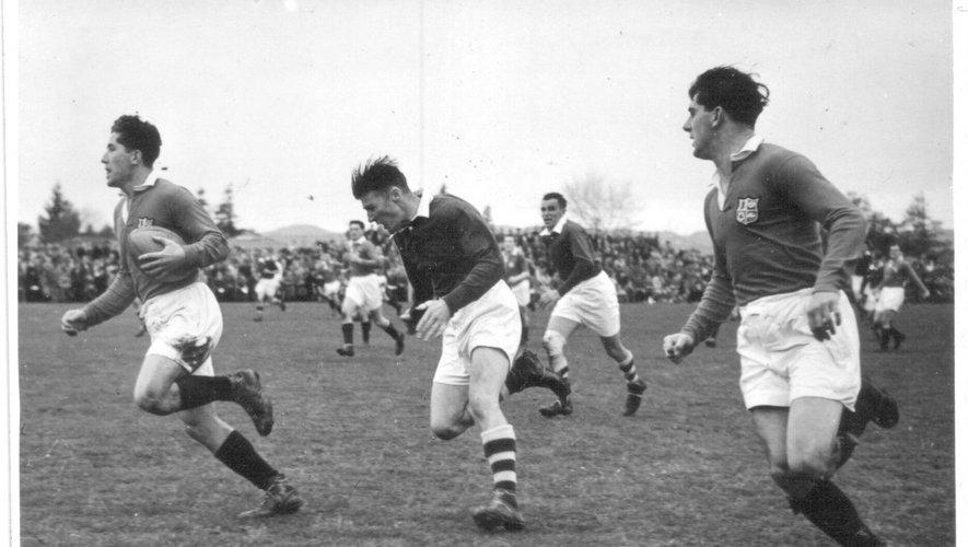 En 1950, les Lions n'ont pas gagné le moindre test face aux All Blacks mais ont marqué l'histoire du ballon ovale. En bas à gauche, un extrait de journal anglais au moment du départ des joueurs en bateau pour la Nouvelle-Zélande. En bas à droite, le redoutable ailier gallois Ken Jones, médaillé d'argent olympique sur 4x100 mètres, a inscrit 16 essais en 16 matchs lors de cette tournée.