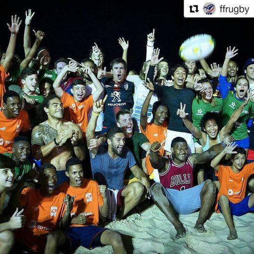Les joueurs de France 7 (Vakatawa, Lakafia, Valleau, Parez) posentavec les enfants de Guanabara après un entraînement commun sur la plagede Copacabana. En haut à droite, Nicolas Folliet à l'origine du projet et, en dessous, l'entraîneur Simon Corbi.