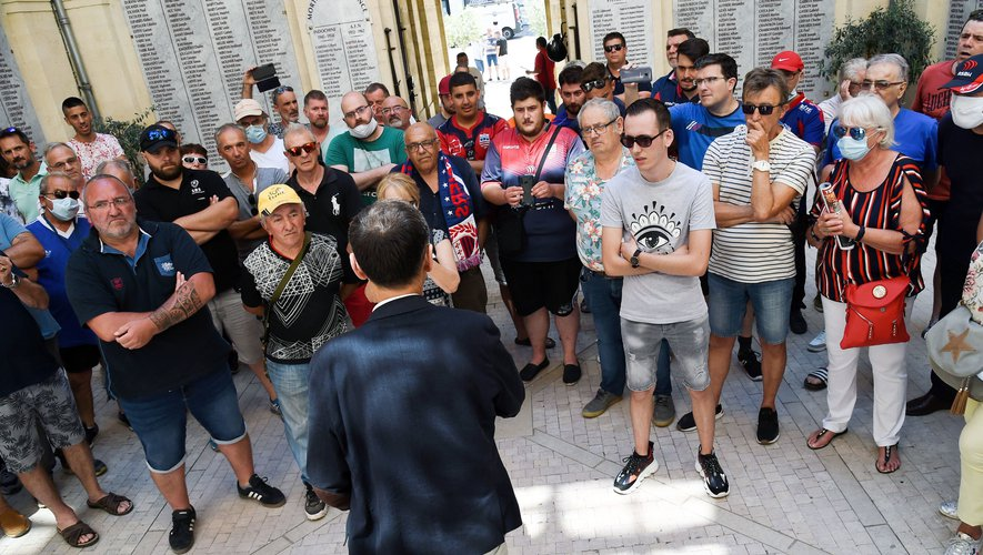 Mercredi, Robert Ménard le maire de Béziers recevait, dans la cour de l'hotel de ville, des supporters biterrois inquiets et mécontents.