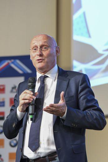 Sur plusieurs fronts, Bernard Laporte, président de la Fédération Française de Rugby semble faire un pas vers les clubs.