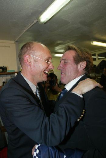 Après la victoire, Laporte et Depardieu s'embrassent.