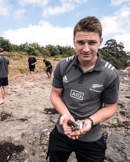 L'ouvreur des All Blacks, Beauden Barrett, a participé à une collecte de déchets en 2019. Photo Adidas