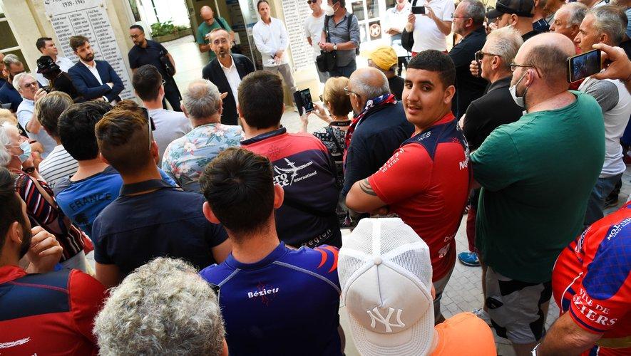 Robert Ménard (maire de Béziers) devant les supporters du club