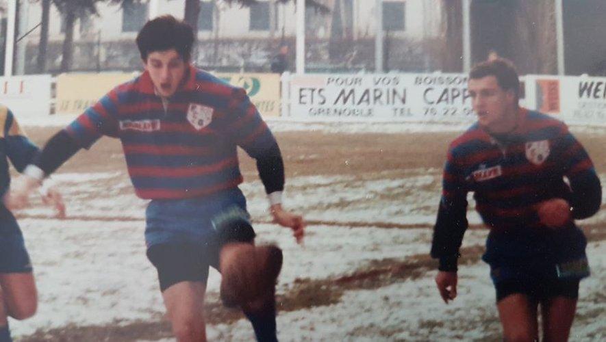 Ici sous les couleurs de Grenoble, Cyril Savy a fait sa renommée à la grâce d'un pied gauche longue portée, qui lui permit de disputer deux finales au Parc avant se stopper brutalement sa carrière rugbystique.
