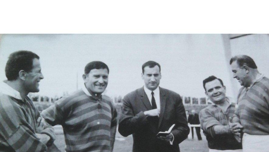 """En haut à gauche, à Dax, sa ville et son club de toujours ou il pose devant sa propre statue, privilège rare pour un joueur français. à droite, avec Jean Pat l'homme qui l'a fait appeler chez les Bleus en lui réservant des engueulades. En bas à gauche : """"Bala"""" dans sa fonction de journaliste, en train d'interroger Robert Paparemborde. à droite, Pierre Albaladéjo au début de la finale 1966 trop heurtée pour lui qui était un gentleman. Il entre aux côtés de Pierre Lacroix, autre gentleman capitaine d'Agen. Photos archives Midol"""