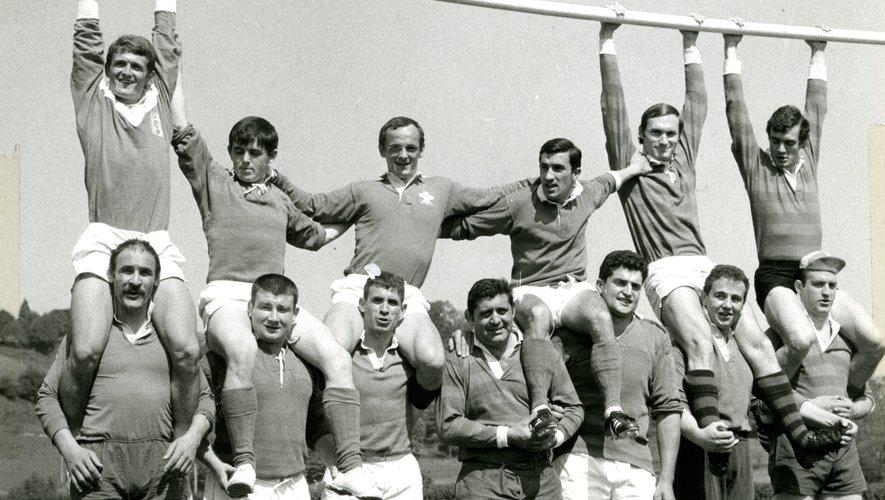 À haut à gauche : les Lourdais champions en 1968. Attitude décontractée pour une génération fière d'avoir imité sa devancière.En bas à gauche, Roland Crancée fêté en 1960. Au milieu, Michel Crauste et André Herrero avant la finale Lourdes-Toulon de 1968. En bas, l'équipe championne en 58. À droite Antoine Béguère, maire, président et mécène du club. En haut à gauche, Jean Prat porté en triomphe dans les années 50. En bas, Jean et Maurice Prat, la fratrie emblématique des années d'or du FCL. Jean Gachassin, petit lutin vedette de la deuxième. Photos archives Midi Olympique et La Dépêche du Midi