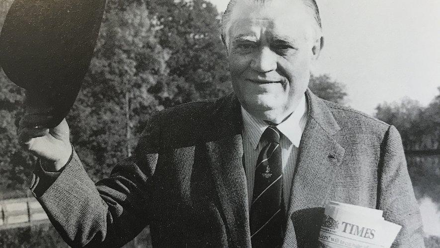 """Page de gauche : Albert Ferrasse au sommet de son pouvoir. Il fut président du SUA (1963-68), puis de la FFR de 1968 à 91. Page de droite : Albert Ferrasse et Guy Basquet en pleine partie de chasse. Les deux hommes étaient très liés y compris dans leur vie personnelle. En bas à gauche : Guy Basquet fut très puissant à la FFR, il était aussi le patron du Comité de sélection.Au milieu, 1945 : Albert Ferasse derrière le bouclier de Brennus. À sa gauche, son capitaine Charles Calbet dit """"Le Connétable"""". On a dit de lui qu'il fut le conseiller de l'ombre de ses deux amis. À droite : Dannie Craven, le président sud-africain entouré de Berard Lapasset et Albert Ferrasse. Lapasset a aussi porté les couleurs d'Agen dans sa jeunesse. Photos Midi Olympique et DR"""