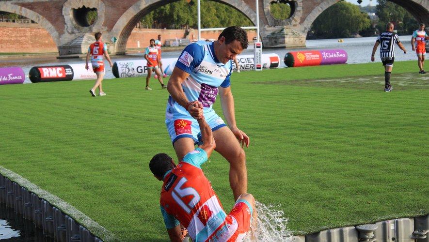 Damien Traille, l'an passé, qui aide son adversaire à sortir de l'eau après que ce dernier est marqué un essai. Photos Baptiste Barbat.