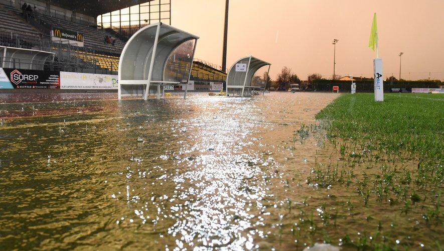 En quelques minutes, l'eau s'est incrustée partout samedi soir au Stadium d'Albi. Le couloir et la pelouse étant inondés, l'arbitre a décidé de reporter la rencontre.