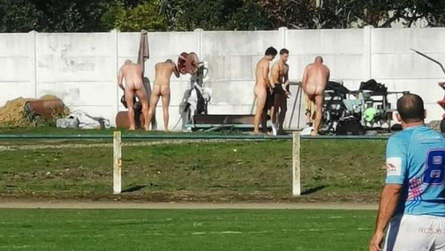 Les joueurs du Toulouse Electrogaz Club, lors du déplacement à Saint-Jory, se sont lavés sur le bord de terrain faute de vestiaires...