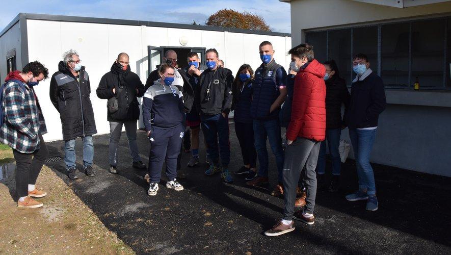 Alain Vigier (au centre), quelques dirigeants du club et visiteurs de Landivisiau avant le coup d'envoi du match. Au cœur des discussions, la Covid-19 bien évidemment. Photo D.L.P.