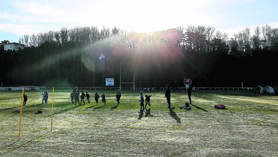 A Hendaye, samedi matin, jeunes de l'école de rugby et seniors, qui évoluent habituellement en Fédérale 2, se sont retrouvés sur les frais terrains d'entraînements pour quelques jeux avec ballons et exercices d'entretien physique.