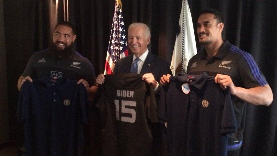 Joe Biden avait posé avec son maillot entre Charles Faumuina (à gauche) et Jerome Kaino (à droite).