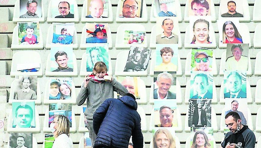 Au Stade des Alpes de Grenoble, on colle les portraits des abonnés sur les sièges.