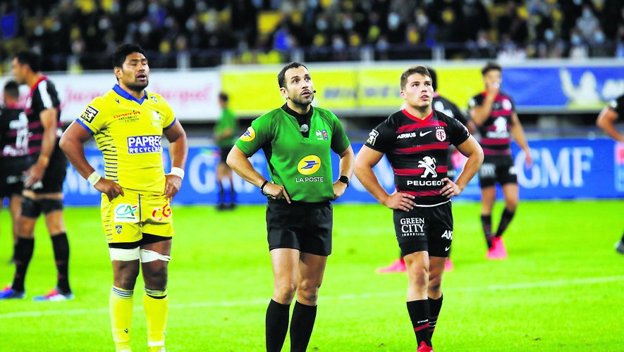 Referee and Antoine DUPONT of Toulouse and Fritz LEE of Clermont during the Top 14 match between ASM Clermont and Stade Toulousain at Parc des Sport Marcel-Michelin on September 6, 2020 in Clermont-Ferrand, France. (Photo by Romain Biard/Icon Sport) - Antoine DUPONT - Fritz LEE - Stade Marcel Michelin - Clermont Ferrand (France)